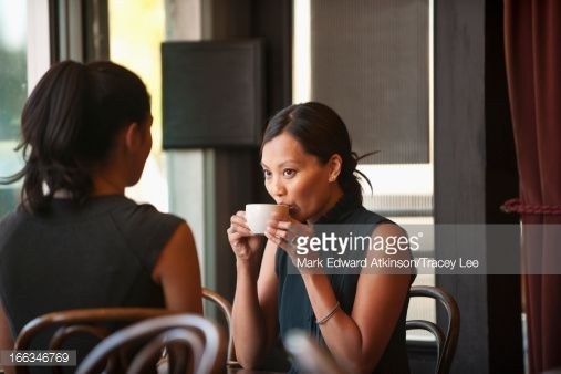 Foto de stock : Asian friends sitting together in cafe