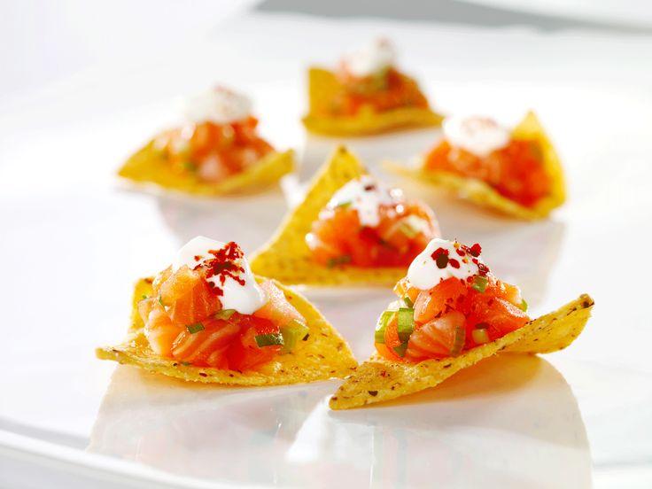 Tacofredag, eller har du bare lyst på noe godt? Prøv denne varianten av nachos med frisk laks. Den er laget på et blunk.