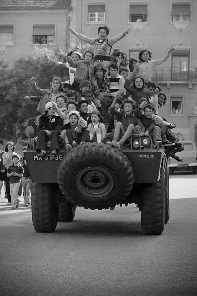 Portugal. 40º aniversário. Do livro OS Rapazes dos Tanques. Fotos de Alfredo Cunha.