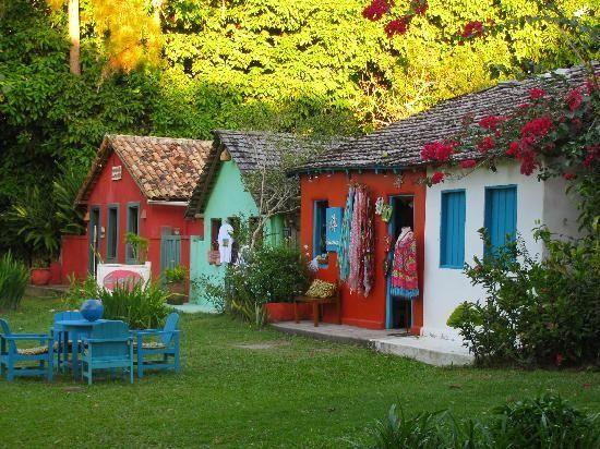Casas de comércio em Trancoso, litoral do estado da Bahia, Brasil.  Fotografia: Beatriz Oberg.
