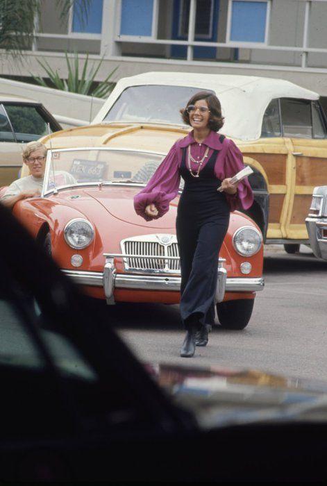 Просторные блузы с воланами на рукавах и расклешенные брюки были очень популярны среди хиппи конца 60х годов.