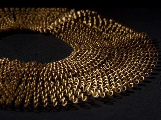 Niesamowita biżuteria z butelek PET imitująca złoto, autorstwa Florie Salnot z Royal College of Art