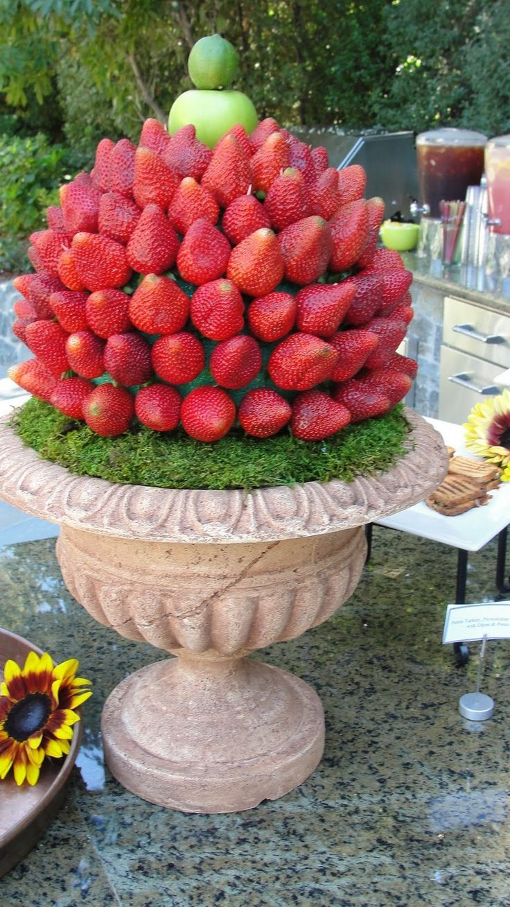 Una topiaria de fresas para la fuente de chocolate. ¿Te la imaginas en una boda de jardin? No te pierdas estas Fuentes De Chocolate Para Tu Boda Inolvidables