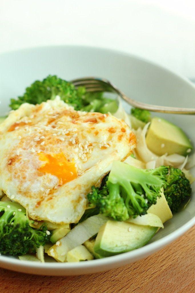 Salade hivernale revigorante: endive, avocat, brocoli, œuf frit