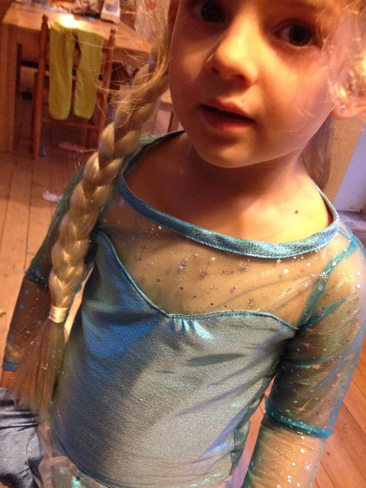 Ma petite Camillette a commandé pour Noël un déguisement de la reine des neiges. J'ai minutieusement étudié la robe d'Elsa sur les photos du dessin animé et j'ai cherché quelques tutos sur le net (comme d'hab') : J'ai décidé de suivre ce tuto ici Il est...