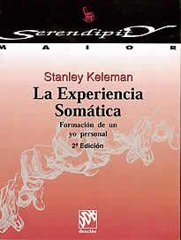 """La Experiencia Somática de Stanley Keleman editado por desclée.Este libro es un volumen complementario de Anatomía Emocional. En el corazón del pensamiento de Keleman está el convencimiento de que la persona no puede cambiar su mente hasta que no cambia su cuerpo. El """"insight"""" psicológico es importante, pero por si mismo no es suficiente para producir el cambio."""