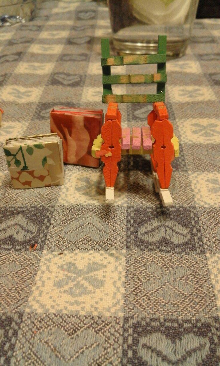 Sedia a dondolo con mollettine e mini book origami