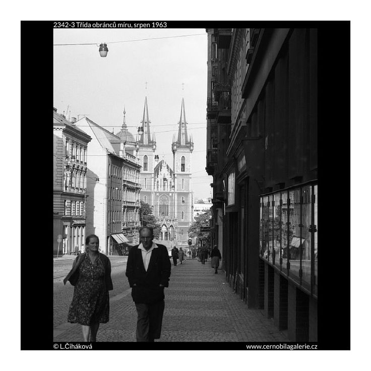 Třída obránců míru (2342-3) • Praha, srpen 1963 • | černobílá fotografie, ulice Milady Horákové, výloha, dlažba, lidé |•|black and white photograph, Prague|