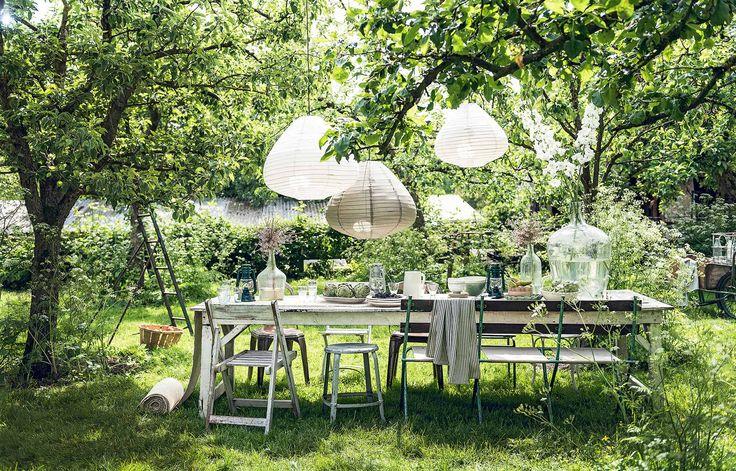 Gedekte tuintafel met lantaarn hanglamp | Set garden table with lantern hanging lamps | vtwonen 07-2017 | Fotografie Sjoerd Eickmans | Styling Danielle Verheul