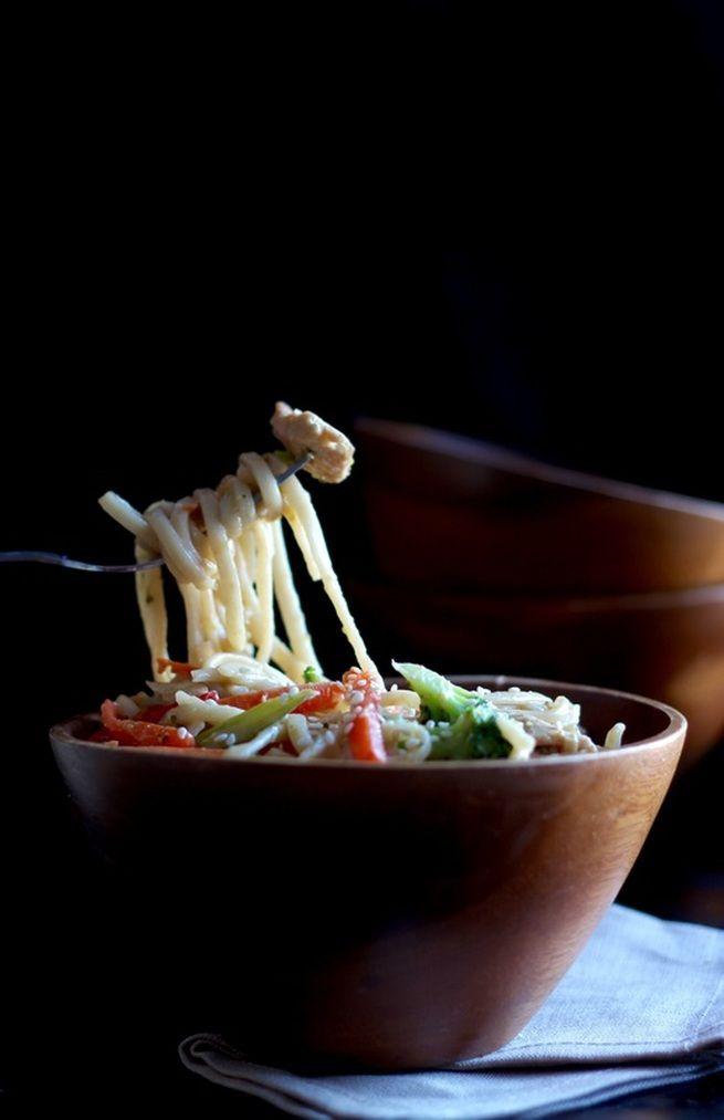 Je me suis inspirée de la cuisine asiatique pour créer cette recette qui a fait l'unanimité. Si vous aimez lorsque le côté sucré arrive à égalité avec le côté salé dans une recette, vous serez ravis! // Ma recette de nouilles udon en sauce sucrée-salée est sur www.petitevanille.com #asianfood #photography #peanutbutter #love #food #recipe #easy