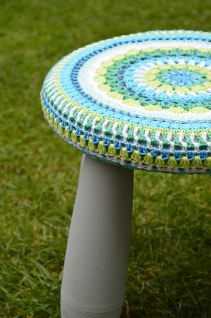 What a sweet dress up for an ikea stool crochet - Top plastic krukje ...