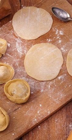 Die gefüllten Teigtaschen Pelmeni sind eines DER russischen Nationalgerichte und gar nicht schwer zuzubereiten! Füllen Sie sie ganz nach Ihrem Geschmack mit dem REWE Rezept! » https://www.rewe.de/rezepte/pelmeni-russische-teigtaschen/