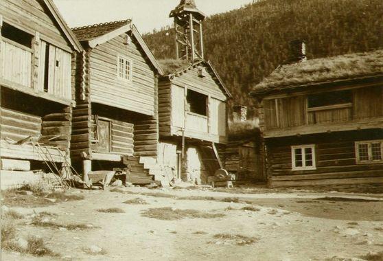 DigitaltMuseum - Gårdstun, Garmo, Lom, Oppland. Fotografert 1908
