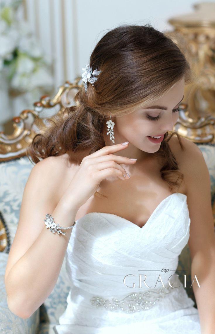 KORINNA Wedding Crystal White Flower Jewelery Set Bridal Earrings And Bracelet by TopGracia #topgraciawedding #bridaljewelry  #jewelryset #bridesmaidjewelry