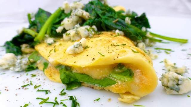 Blue cheese fan? Than this creamy Stilton and spinach omelette is right up your alley, I'm sure! Inspiration for this one came from my Greek cookbook where I found a recipe for a thick oven baked om