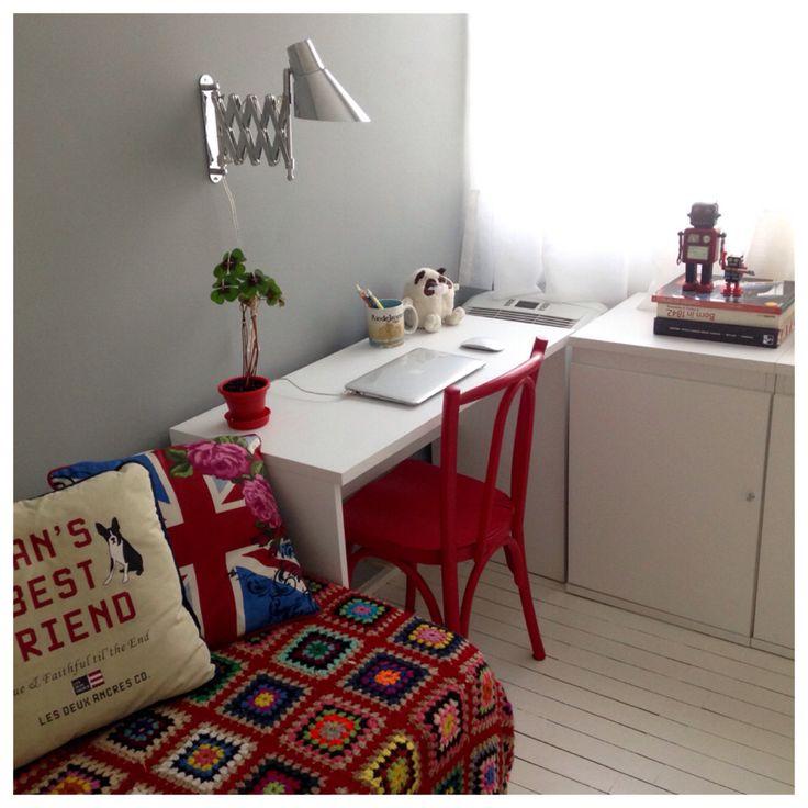 """Aumentando uma posição de trabalho no home office sem perder o toque europeu: parede cor cinza """"inox"""", bancada Itapuã (Etna), e o efeito retrô vermelho na cadeira e colcha."""