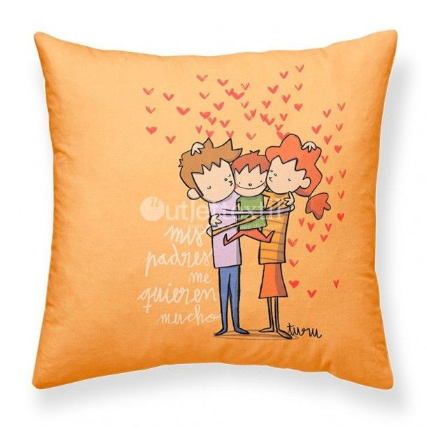 Cojín Decorativo PADRES Joan Turu. Funda de cojín decorativo donde una bonita familia rodeada de corazones sobre fondo naranja suave dará un toque entrañable a cualquier habitación de tu hogar.
