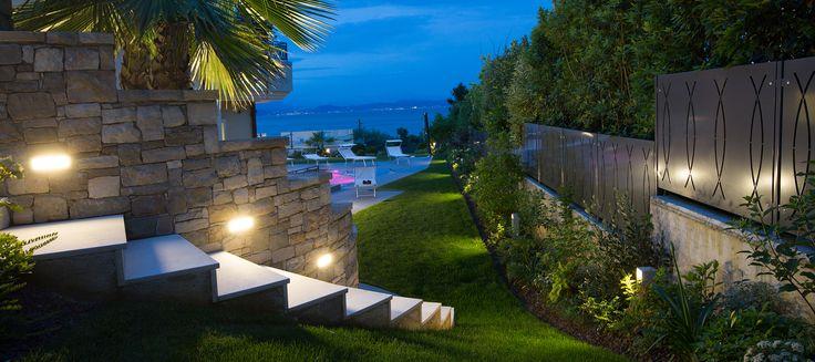 Illuminazione Villa privata Padenghe sul Garda, con #minionepaletto #bollard #plateklight