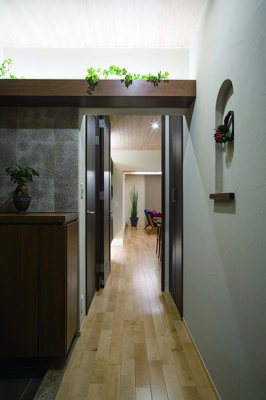 天然石の上り框やアーチが美しいニッチ、間接照明付の飾り棚などデザインへのこだわりがいっぱい詰まったエントランスホールです。|デザイン|ナチュラル|リフォーム・リノベーション|