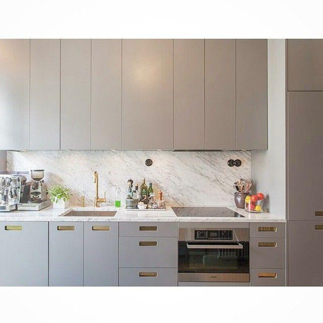 #gray #grå #exclusive #exklusiv #kitchen #cabinets #köksluckor #kök #stommar #ikea #marmor #biancocarrara #bianco #carrara #marble #brass #mässing #kjøkken #köksrenovering #köksdrömmar #köksinspiration #köksblandare #köksdesign #kitcheninterior #kitcheninspiration #interior #interiör #decor #design #arredamento