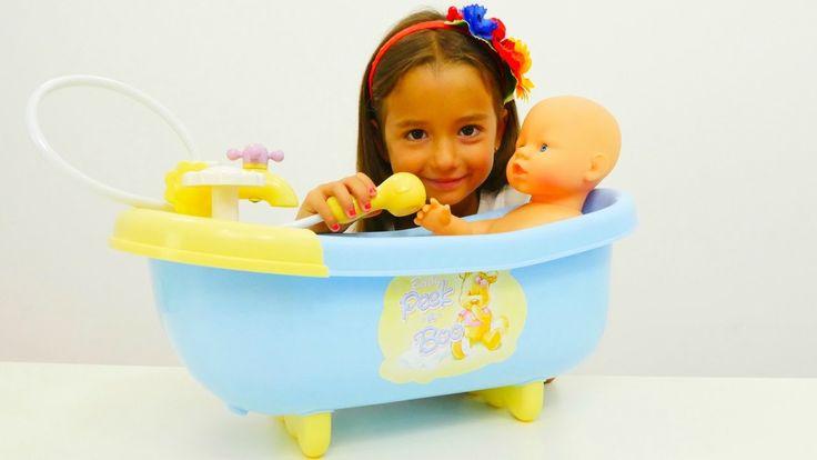 Oyun Diyarı - Ceylin bebeğini banyo yapıyor. Kukla oyunu. Çevrimiçi vide...