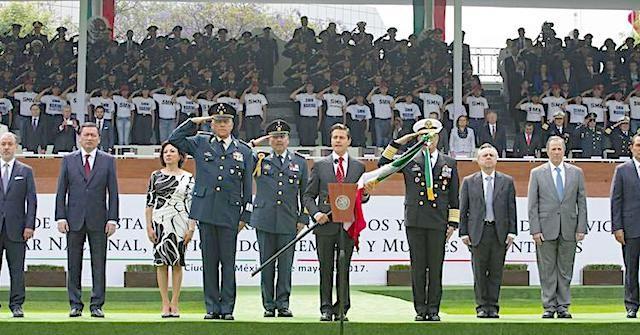 Peña Nieto toma protesta de Bandera a Soldados del Servicio Militar Clase 1998 - http://www.notimundo.com.mx/portada/enrique-pena-nieto-toma-protesta-bandera-soldados-servicio-militar-clase-1998/