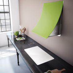 hotte décorative murale de design attrayant en vert anis et une plaque de cuisson blanche et ultra moderne