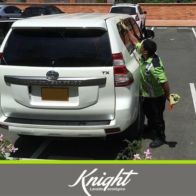 Lavar tu carro nunca había sido tan sencillo, solicita tu servicio a domicilio llamando al 413-0001 y déjanos sorprendente con nuestros procesos que no necesitan agua para lograr la mejor limpieza. #LavaCarros #Knight
