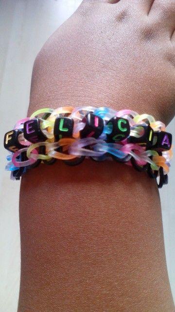 Naamarmband Felicia gemaakt door KG Loomparty. Wil jij ook een op maat gemaakte armband? KG Loomparty maakt ze voor €3,-