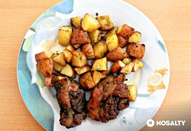 Rozmaringos sült csülök tepsis burgonyával -  hozzávalók       1 kg csontozott sertéscsülök     1 kg burgonya     rozmaring      majoranna      kakukkfű      só      bors      ételízesítő      0.5 dl napraforgó olaj