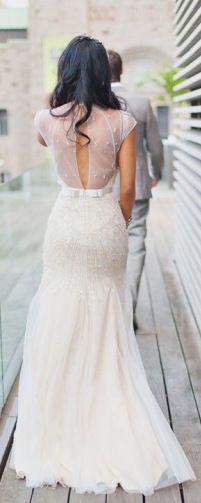 Skøn Jenny Packham brudekjole med udskæring i ryggen og kropsnær pasfrom over bagdelen