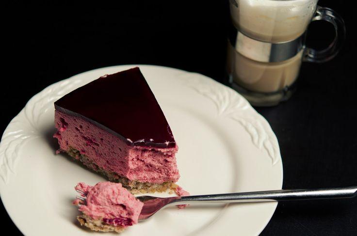 Denne kage har vi lavet et par gange og den er bare virkelig lækker. Jeg er helt skør med mousse. Citron, chokolade, kaffe eller bær. ...