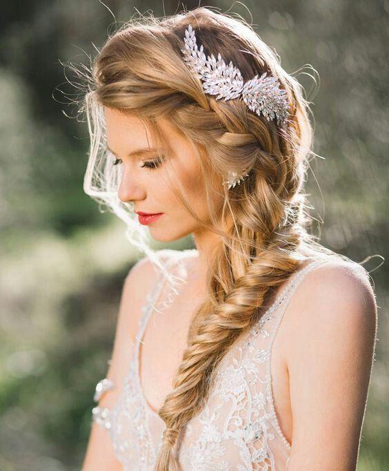 Acconciatura da sposa con treccia laterale per capelli lunghi