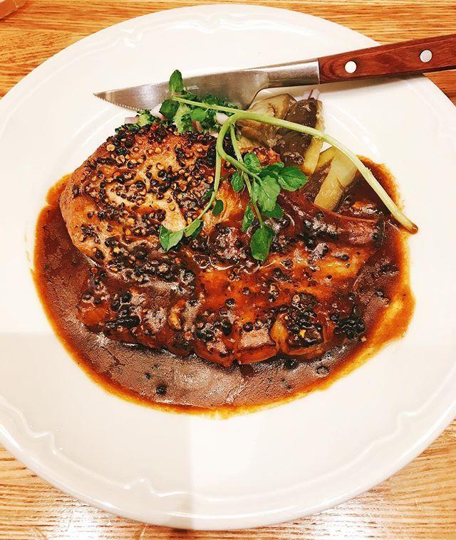 私の本日のランチ、豚のペッパーステーキです🐖ブヒブヒ🍽 いやー肉食べたくて食べたくて、挽肉(ハンバーグ)じゃないんだ肉だよ肉!ってなった結果つばめグリルでトンテキ😌  #トンテキ #ステーキ #ランチ #つばめグリル #lunch #肉