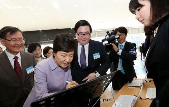 아이카이스트 김성진 대표(오른쪽 세번째)가 박근혜 대통령에게 자사 제품을 홍보하는 모습.