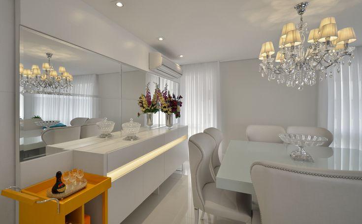 Total white décor. Veja: http://www.casadevalentina.com.br/projetos/detalhes/em-clima-total-white-622 #decor #decoracao #interior #design #casa #home #house #idea #ideia #detalhes #details #style #estilo #casadevalentina #color #white #branco #cor #diningroom #saladejantar