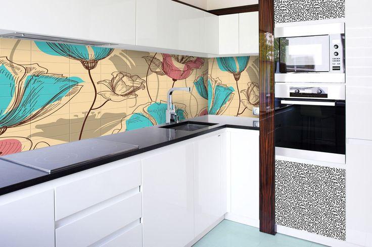 Dekoracyjne płytki szklane w miejsce popularnego panelu stanowią oryginalna alternatywę. Dodatkowo, dekoracyjne fronty meblowe w modnym, czarno-białym wzorze.