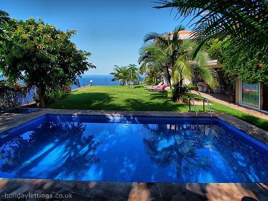 4 bedroom villa in Puerto de la Cruz to rent from £1331 pw. With solarium, balcony/terrace, TV and DVD.