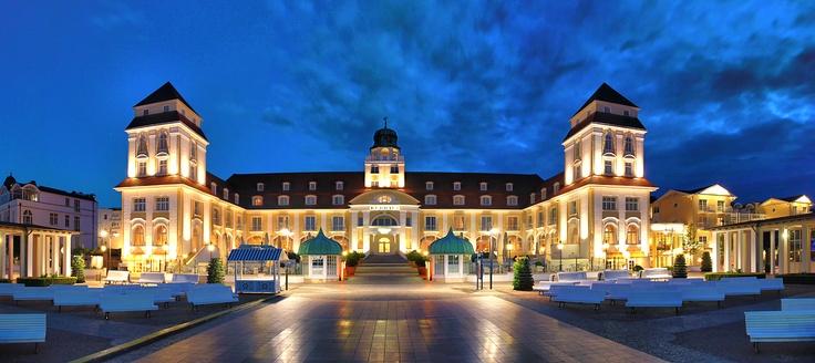 Travel Charme Kurhaus Binz - Hotel auf Rügen, bei Nacht.