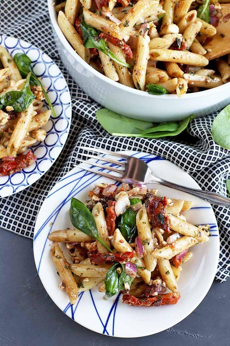 Spinat und sonnengetrockneter Tomaten-Nudelsalat