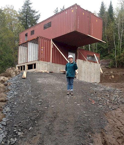 En utilisant de vieux conteneurs d 39 exp dition un couple for Maison container 13