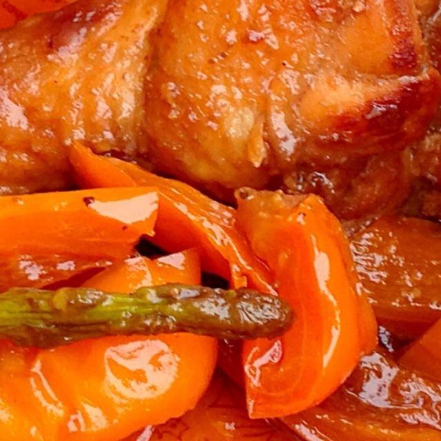 急遽お弁当が必要になり、みんなまとめてのおかず。野菜はタレに浸して焼いたので色がつかずに味しっかり♪ 山登りで疲れた体に美味しかったです( ´艸`) - 4件のもぐもぐ - 手羽元と夏野菜の甘辛煮 by ちこ