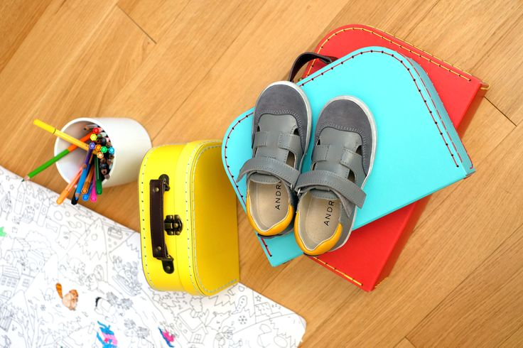 Indémodables et adorées des enfants, voici les salomés LES COMETES ! La cheville est bien protégée grâce au col matelassé. La semelle cousu latéral assure la robustesse de ce modèle. Le dessus et l'intérieur en cuir sont la promesse de chaussures de qualité. Idéales au printemps, elles peuvent se porter avec ou sans chaussettes. Leur grand plus ? Ces chaussures enfant fabriquées au Portugal s'enfilent et se retirent facilement grâce à la bride à scratch réglable.#andrechaussures #shoes…