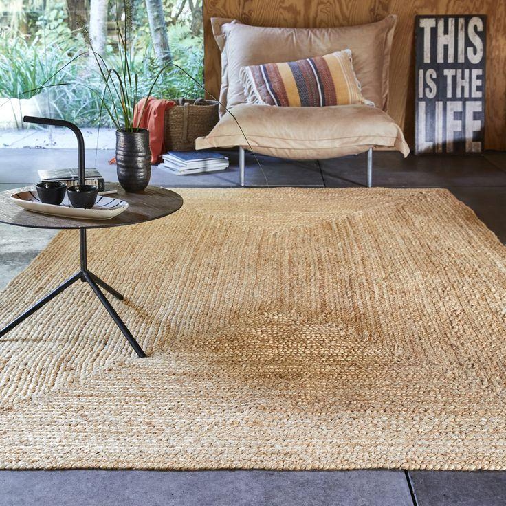Grand Tapis Naturel En Jute Pour Une Deco Chaleureuse In 2020 Linen Dining Chairs Home Decor