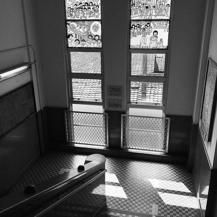 Школьная лестница #Киото #Япония #школа #лестница #окно #улица #крыши