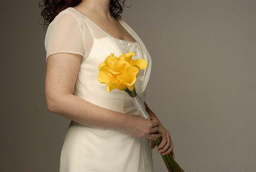 Aj žlté kaly oživia jednoduché šaty.