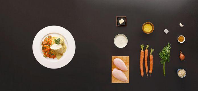 In Mandel-Currysoße pochierte Hühnchenbrust mit Vichy-Karotten und Polenta via Kochhaus