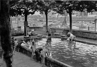 DOISNEAU -LE POULIGUEN - 1969 Ce petit bassin sur le port du Pouliguen ou les enfants s amusent avec leur petite embarcation :)