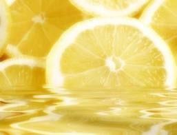 Dal sapore amaro e aspro, il limone, apparentemente, non è certo il primo sapore che vorremmo assaggiare la mattina appena svegli.