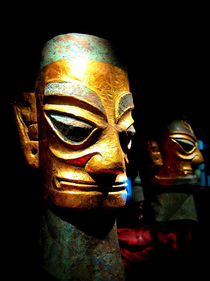 ca. 1100 BCE Sanxingdui culture bronze head wearing a gold foil mask, western China (Sichuan Province). This remarkable culture upends the log-standing set-in-stone belief that all Chinese culture started out from the same area around the Yellow River in Southern China. 黄金面罩